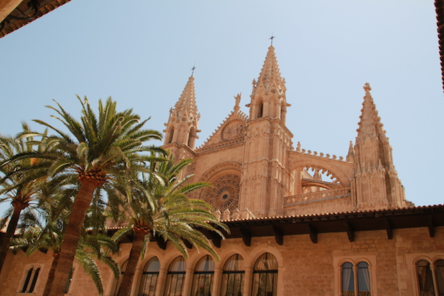 buitenaanzicht-kathedraal-de-seu-1